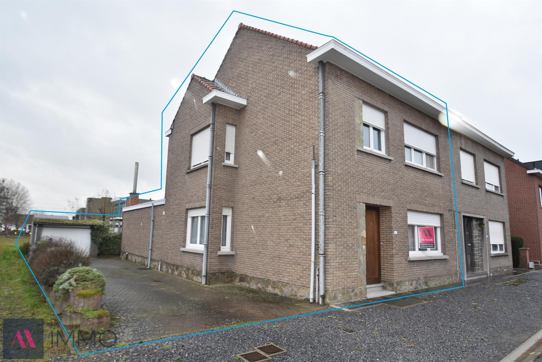 In het centrum van Buggenhout gelegen Half-open woning met 3 slpk., tuin, terras, garage en grote oprit op wandelafstand van het station