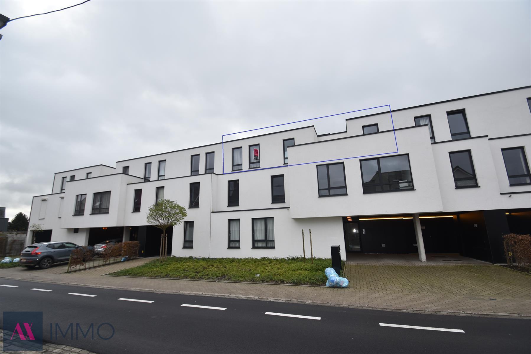 Energiezuinig, nieuwbouw 1-slpk.-appartement met dressing (of kinderkamer), met terras en overdekte autostaanplaats. Gemeenschappelijke fietsenstalling.