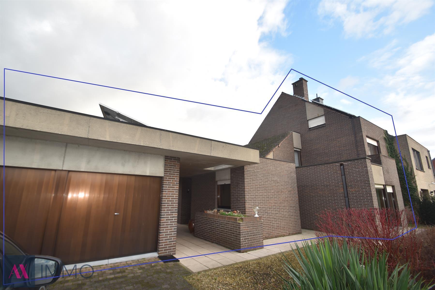 Ruime Half-open woning met 3 slpk., bureel, dubbele garage, badkamer en douchekamer, grote oprit, voortuin en atelier van 151 m².
