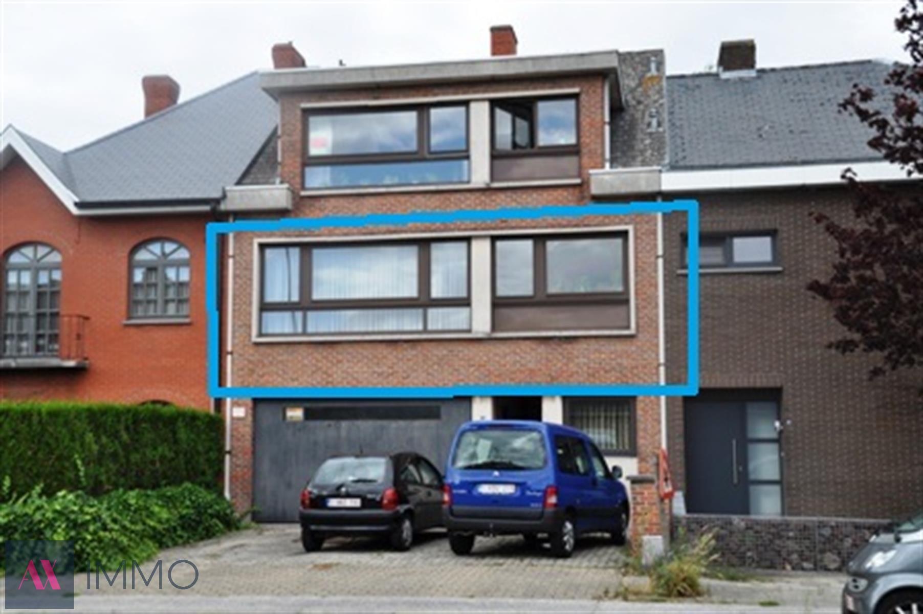 Nabij het station van Lebbeke gelegen 2 -slpk. appt op de eerste verdieping met terras, private tuin, autostaanplaats en bergruimte in een gem. garage.