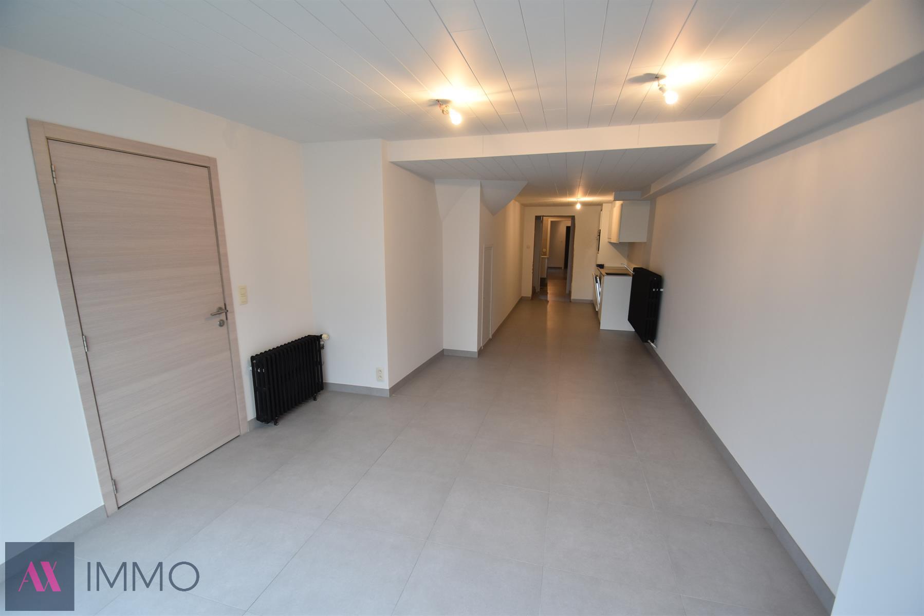 Volledig vernieuwd gelijkvloers 2-slaapkamerappartement met terras en garage. Onmiddellijk beschikbaar.