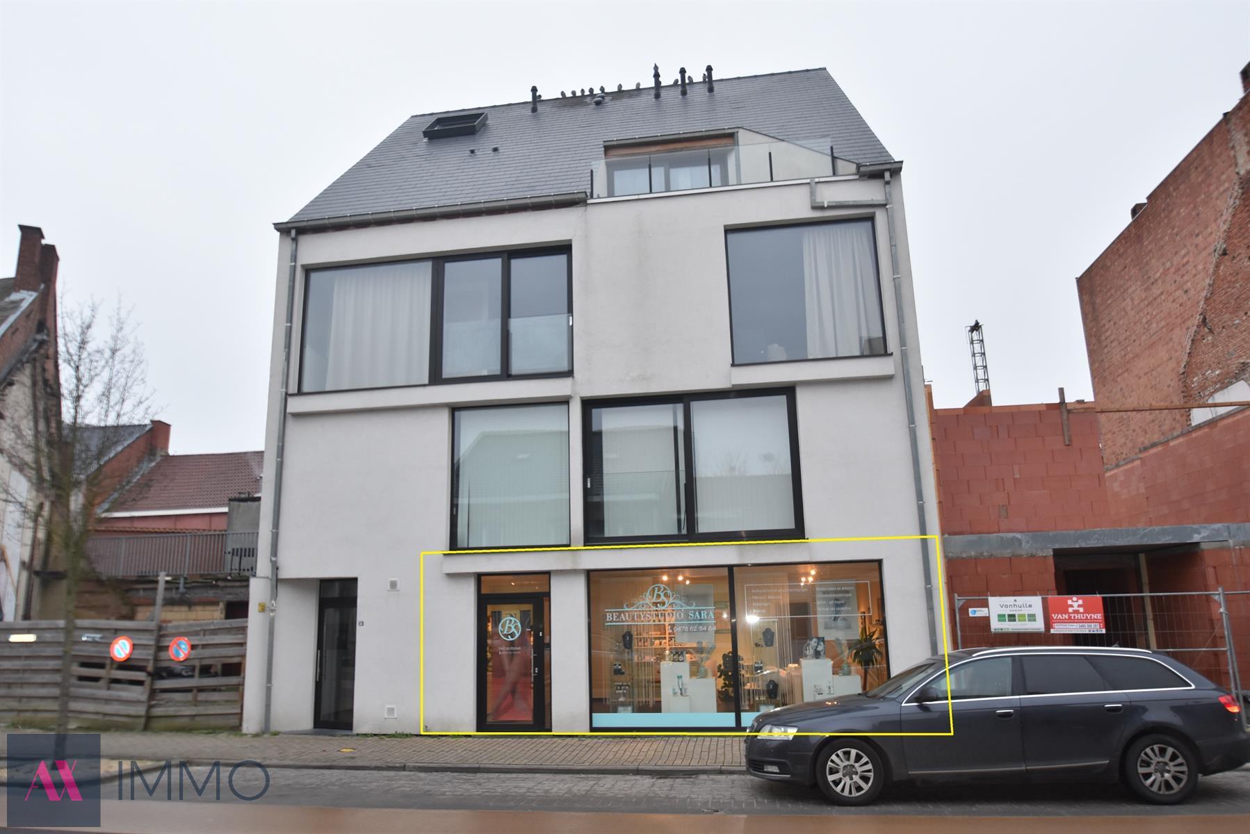 In het centrum van Lebbeke gelegen kantoor-of winkelruimte met etalage, kitchenette en autostaanplaats. Gelegen op een drukke verbindingsweg op zichtlokatie.