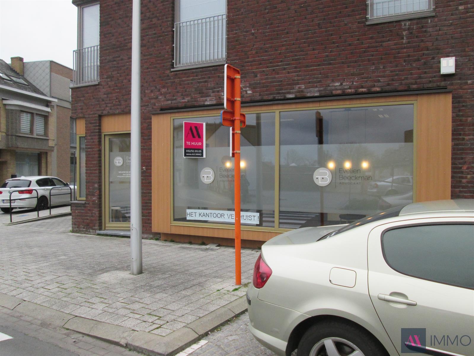 Lichtrijk handelspand met ruime vitrine.